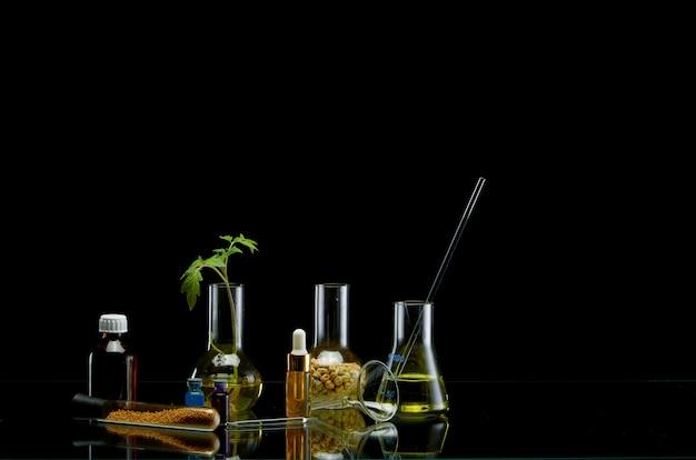 Boccette mediche con liquido differente sul nero