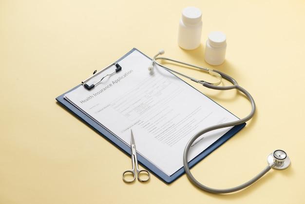 Scheda medica con diversi medicamenti, stetoscopio del medico