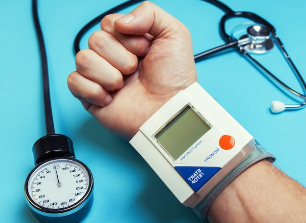 Strumento medico. tonometro elettronico da polso