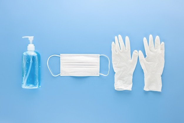 Maschera medica, guanti e disinfettante per mani in gel alcale per proteggere dalle infezioni durante la pandemia di covid-19