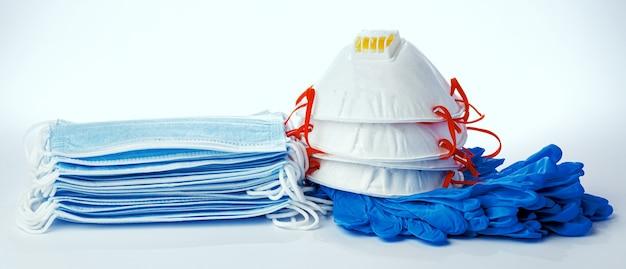 Maschere mediche con guanti in lattice sterili isolati su bianco