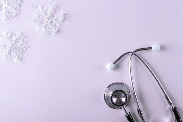 Composizione medica nel nuovo anno con stetoscopio e decorazioni natalizie