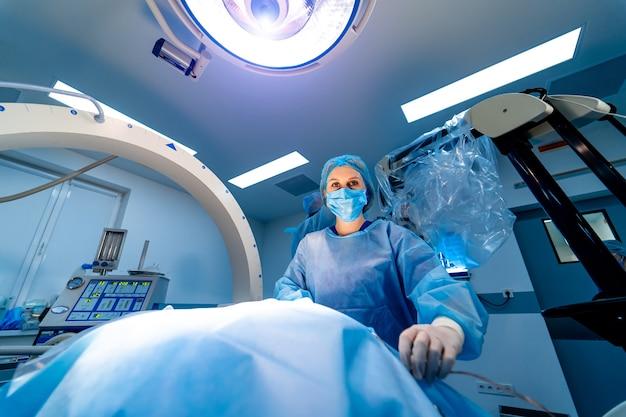 Infermiera medica che aiuta il paziente