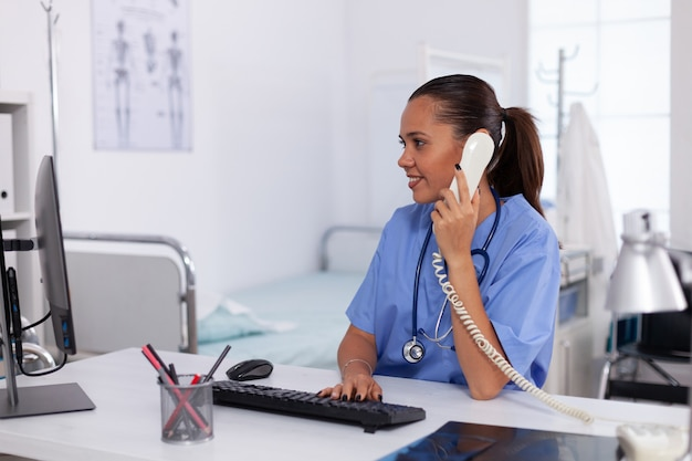 Infermiera medica che parla con il paziente al telefono della diagnosi