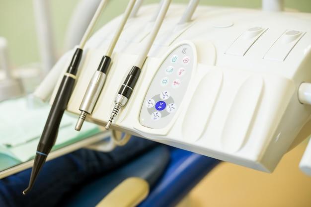 Studio medico di odontoiatria, strumenti dentista. attrezzature e strumenti dentali in studio dentistico. primo piano degli strumenti. odontoiatria