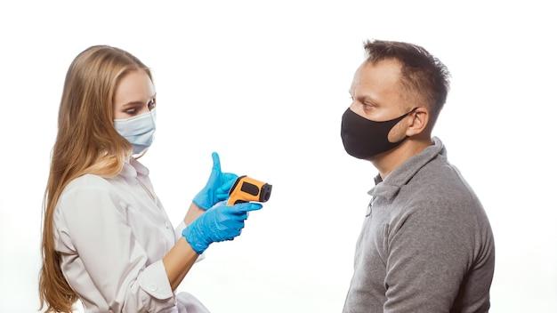 L'ufficiale medico misura la temperatura con il termometro.