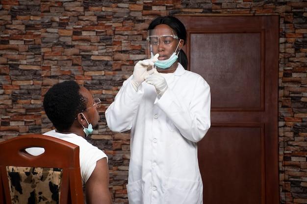Personale medico in procinto di somministrare una dose di vaccino a un paziente