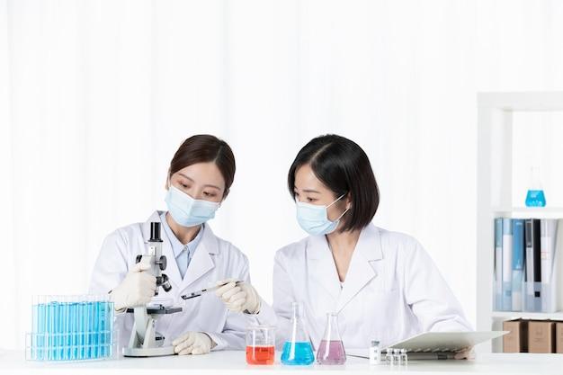 Il team di ricerca medica sviluppa insieme il vaccino