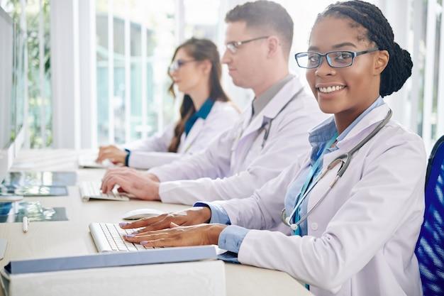 Ricercatore medico che lavora al computer