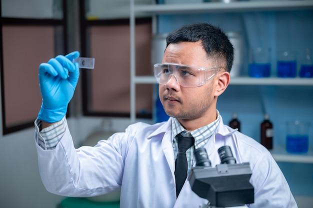 Ricerca tecnologica in scienze mediche in laboratorio chimico, scienziato professionista