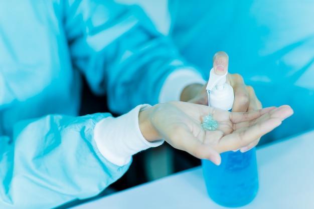 Lo scienziato medico verifica la produzione di gel lavamani con alcool al 70%. usato per lavarsi le mani in caso di uccisione del virus; corona virus; covid-19