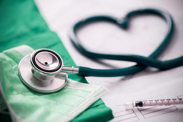 Stetoscopio medico attorcigliato a forma di cuore. avvicinamento