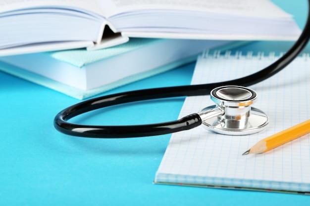 Stetoscopio medico con blocco note e libri