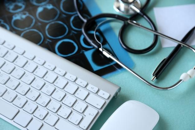 Natura morta medica con tastiera sul tavolo blu