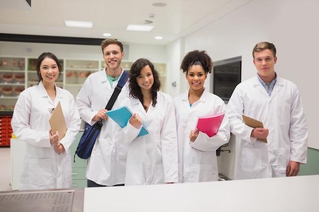 Studenti di medicina che sorridono alla macchina fotografica