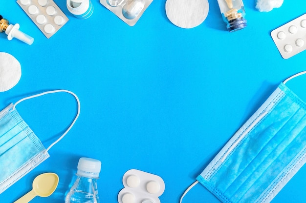 Forniture mediche e composizione di articoli su sfondo blu. vista dall'alto