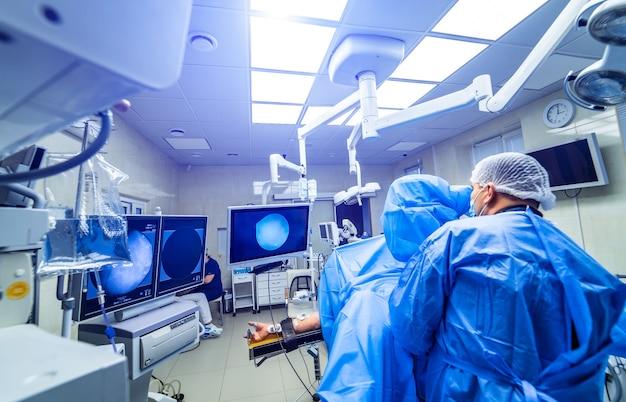 Equipe medica che esegue un'operazione chirurgica nella luminosa sala operatoria moderna.