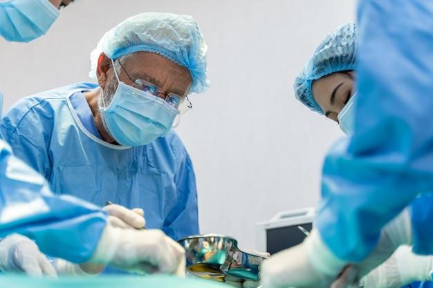 Equipe medica che esegue l'operazione chirurgica in ospedale. equipe medica che esegue un'operazione critica.