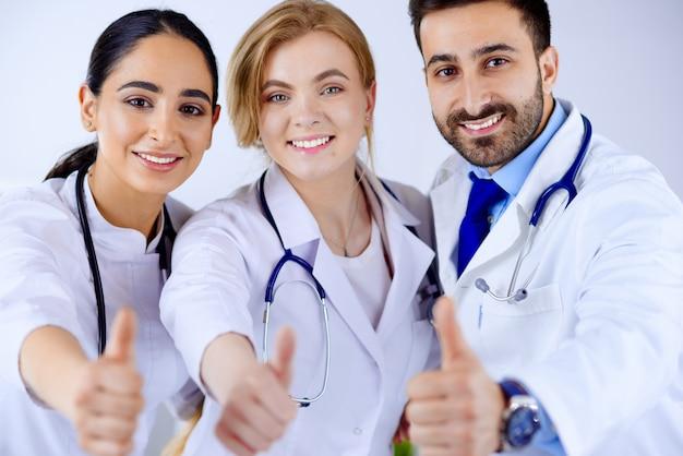 Il gruppo di medici mostra il pollice in su