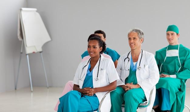 Equipe medica seduto a una conferenza