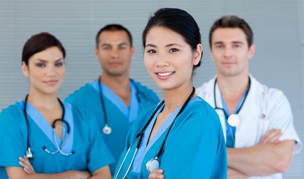 Equipe medica sorridendo alla telecamera