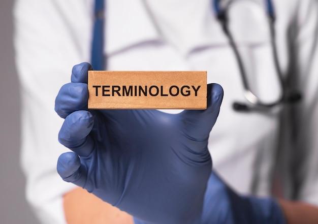 Terminologia medica parola in medico mano nel concetto di termini di medicina del guanto