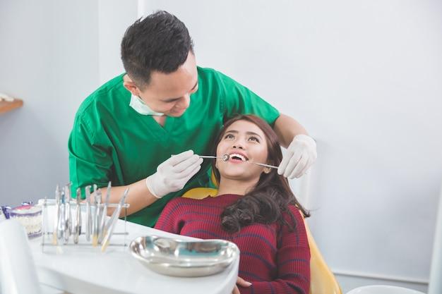 Cure mediche presso l'ufficio del dentista