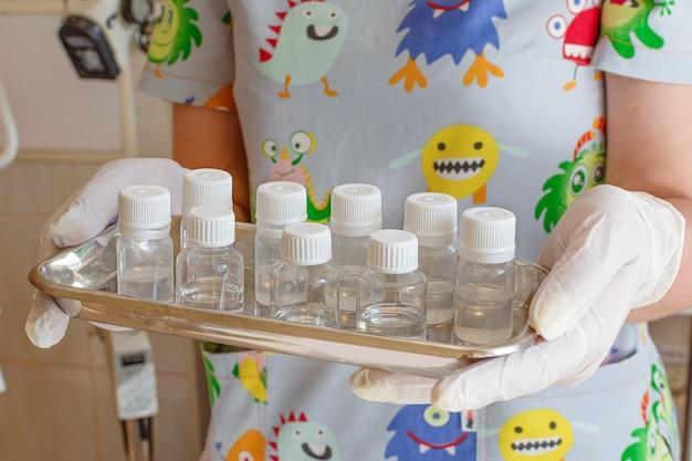 Fiale mediche su una soluzione di iniezione di vaccino per medicinali su vassoio