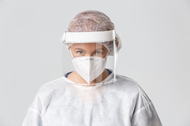 Operatori sanitari covid pandemia coronavirus concetto primo piano di seria donna professionale di mezza età...