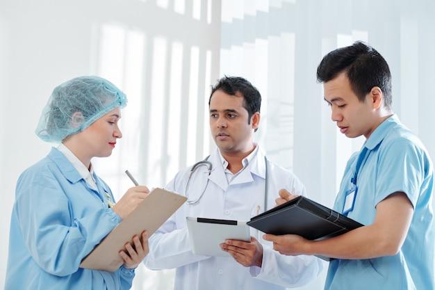 Operatori sanitari che ascoltano il medico capo