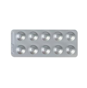 Farmaco in blister isolato su superficie bianca.