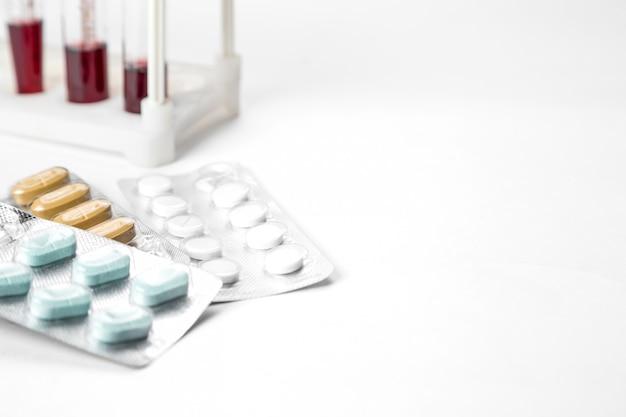 Farmaci in confezioni e campioni di sangue in provette