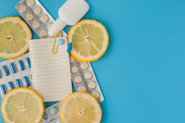 Farmaci, pillole, termometro, medicina tradizionale per il trattamento di raffreddori, influenza, calore su un blu