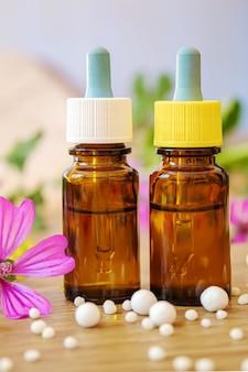 Erbe medicinali, oli in piccole bottiglie omeopatia. messa a fuoco selettiva.natura