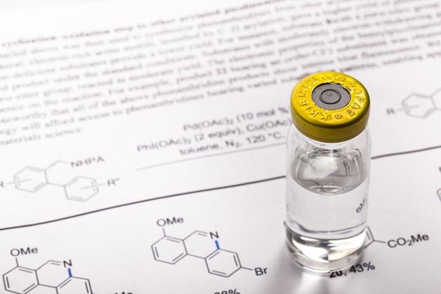 Formula della molecola di medicina e biochimica scritta su carta bianca
