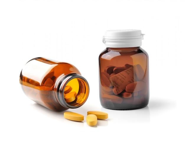 Bottiglia della medicina di vetro marrone isolata su bianco