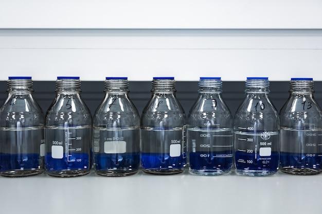 Bottiglie di medicina con vaccino in laboratorio