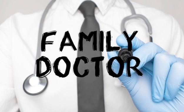 Concetto di medicina. il dottore scrive la parola medico di famiglia