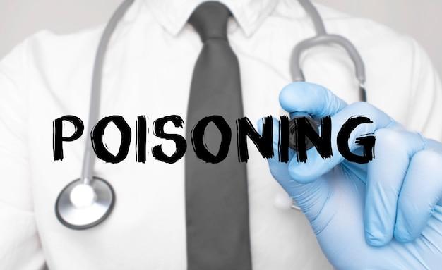 Concetto di medicina. il dottore scrive la parola avvelenamento. immagine di una mano che tiene un pennarello isolato su uno sfondo bianco.