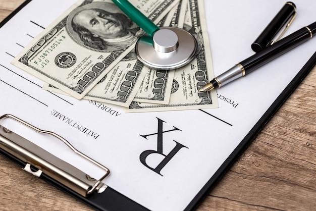Concetto di medicina - rx, dollaro, stetoscopio e pillole