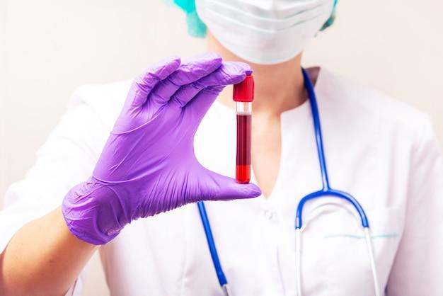 Ampolla del tubo di sangue della holding del medico della medicina