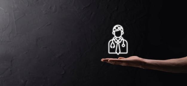 Icona del medico di medicina in mano toccando la connessione di rete medica dell'icona con l'interfaccia moderna dello schermo virtuale, concetto di rete di tecnologia medica. su sfondo dak
