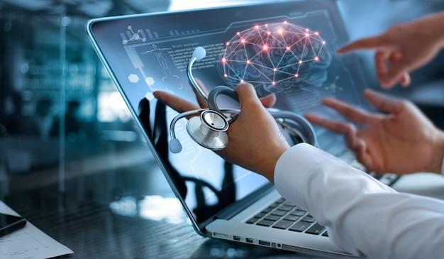 Riunione e analisi del team medico di medicina.