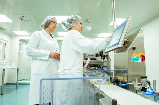 Operaio o operatore della medicina sulla linea di prodotti