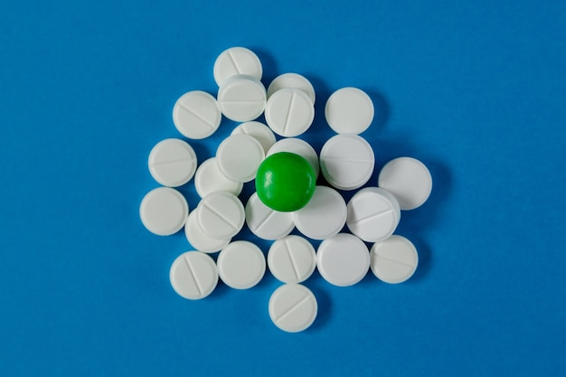 Diapositiva di medicina e salute di pillole su sfondo blu dall'alto