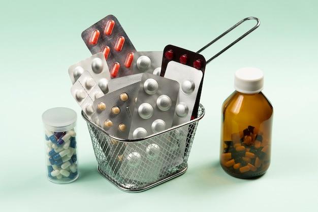 Concetto di vesciche di medicina e pillola in un cesto per fare acquisti