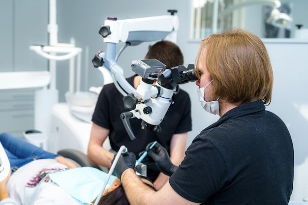 Medicina, stomatologia, studio dentistico. attrezzature mediche e strumenti per l'odontoiatria. attrezzature odontoiatriche e chirurgia del microscopio.