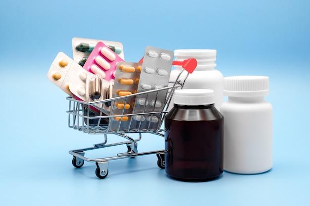 Farmaci nel carrello della spesa con bottiglie di droga