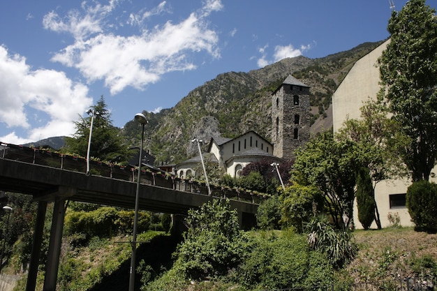 Ponte medievale e chiesa in andorra