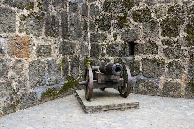 Cannone medievale nell'antica fortezza gonio, georgia